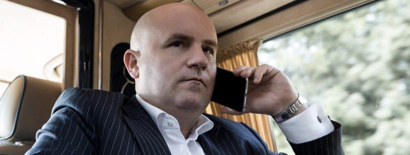 Unternehmensverkauf Verhandlung am SmartPhone